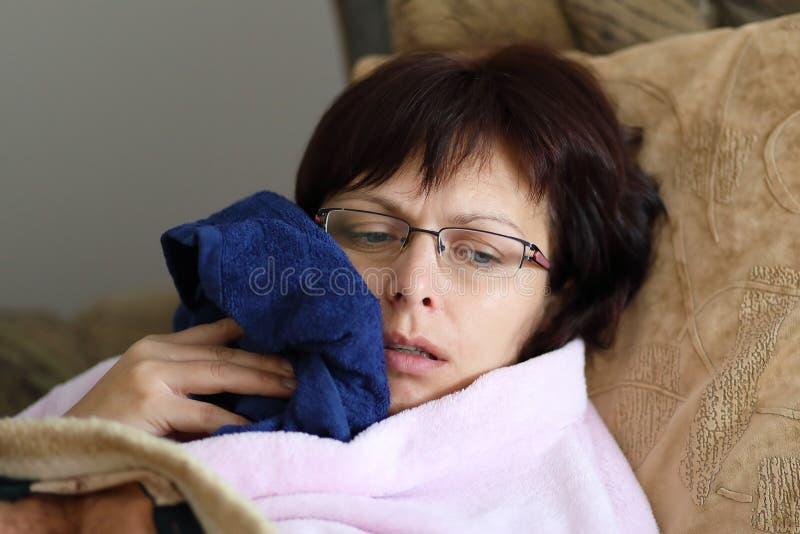 Mulher em casa após ter puxado os dentes fotos de stock royalty free