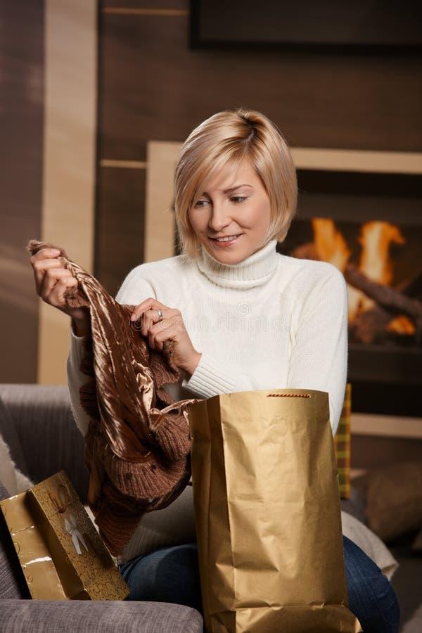 Mulher em casa com sacos de compra fotos de stock