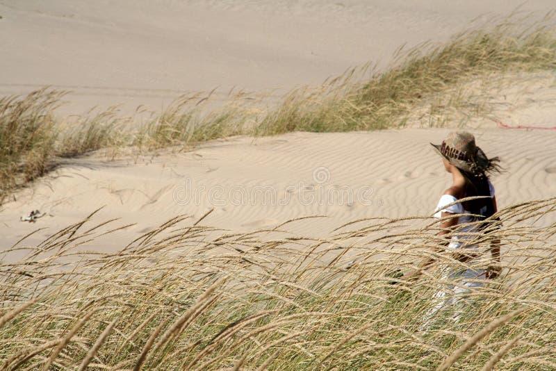 Mulher em dunas fotografia de stock