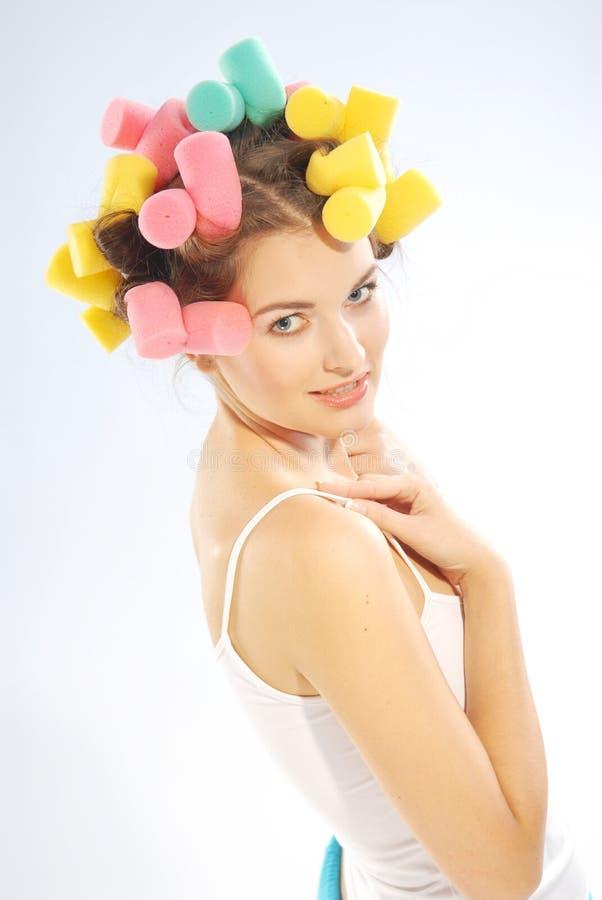 Mulher em encrespadores de cabelo foto de stock
