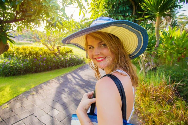Mulher em férias que anda no parque do recurso tropical imagem de stock royalty free