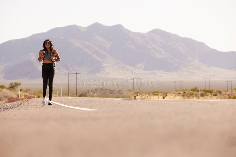 Mulher em férias que viaja ao longo da estrada secundária foto de stock royalty free