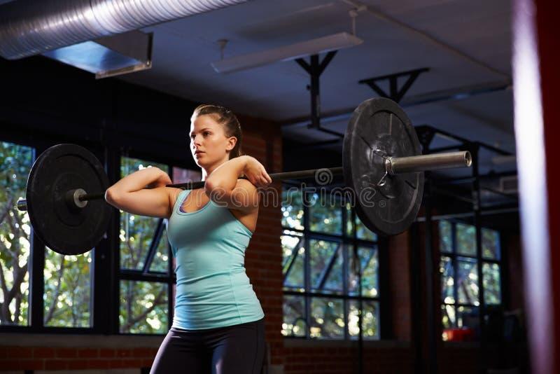 Mulher em levantar peso do gym imagens de stock