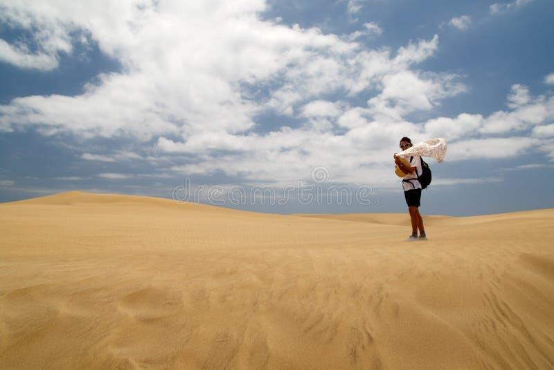 Mulher em Maspalomas ventoso Duna fotos de stock