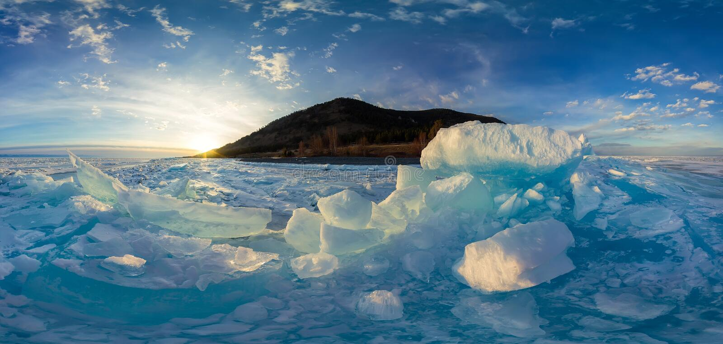 Mulher em montes azuis do gelo Baikal no por do sol Vr esférico fotos de stock royalty free