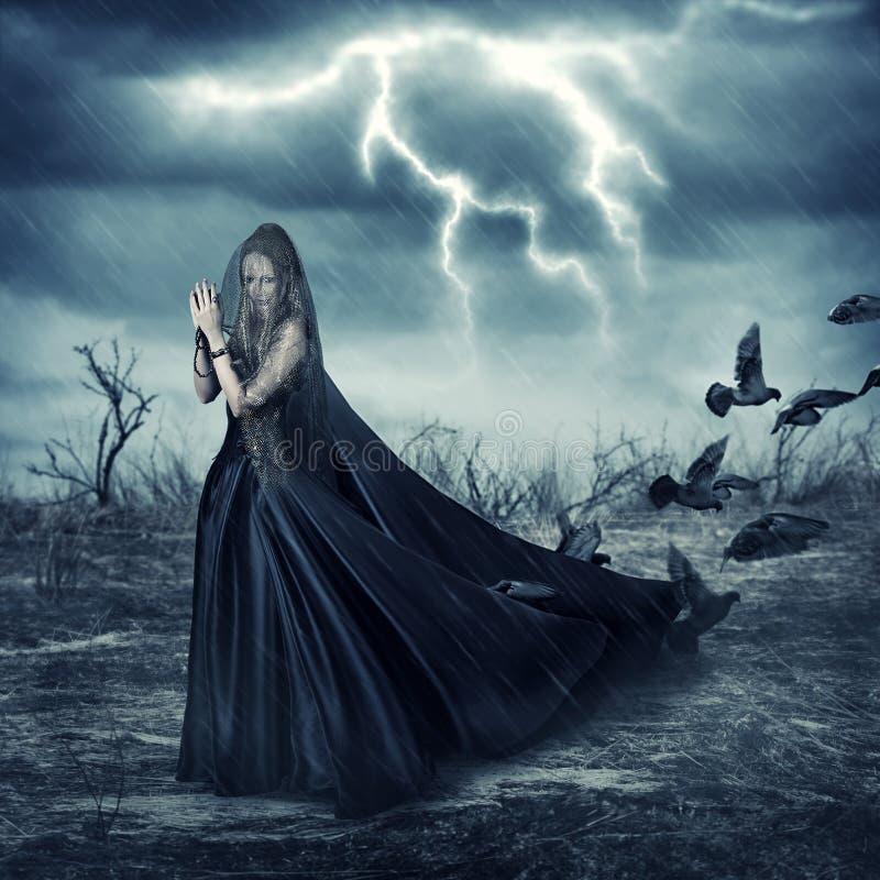 Mulher em pássaros medievais elegantes do vestido e do pombo fotografia de stock royalty free
