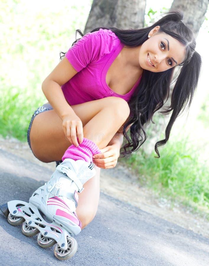 Mulher em patins de rolo fotografia de stock