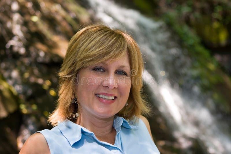 Mulher em quedas de Juney Whank, parque nacional das grandes montanhas de Smokey fotos de stock