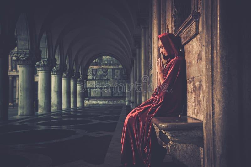 Mulher em rezar do casaco foto de stock royalty free