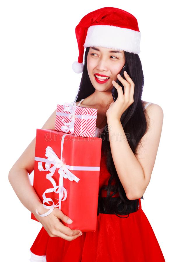A mulher em Santa Claus veste chamar o telefone celular com presente b fotos de stock royalty free