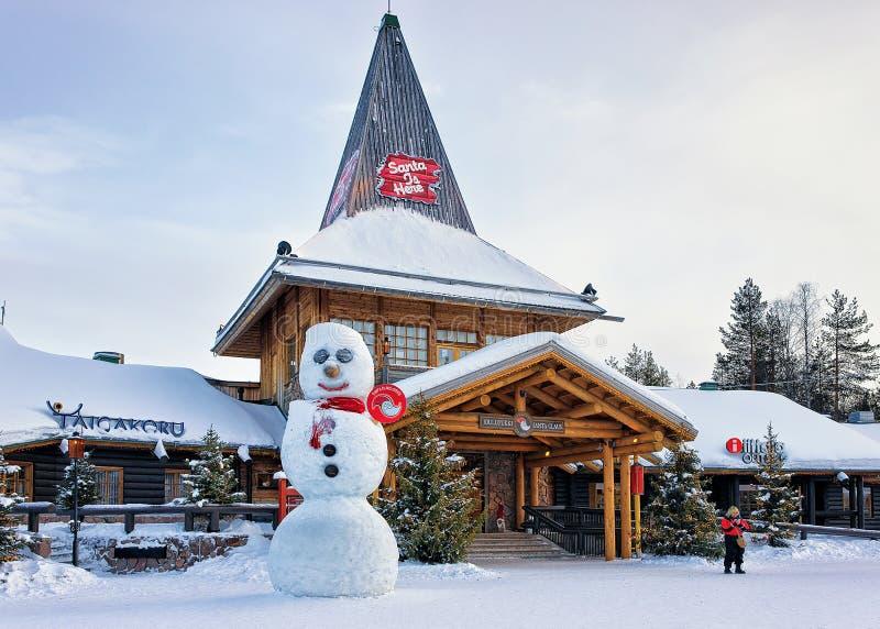 Mulher em Santa Claus Village em Lapland Escandinávia imagem de stock