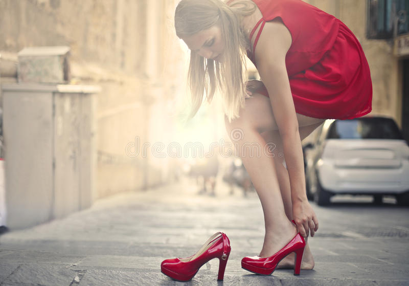 Mulher em sapatas vermelhas fotografia de stock royalty free