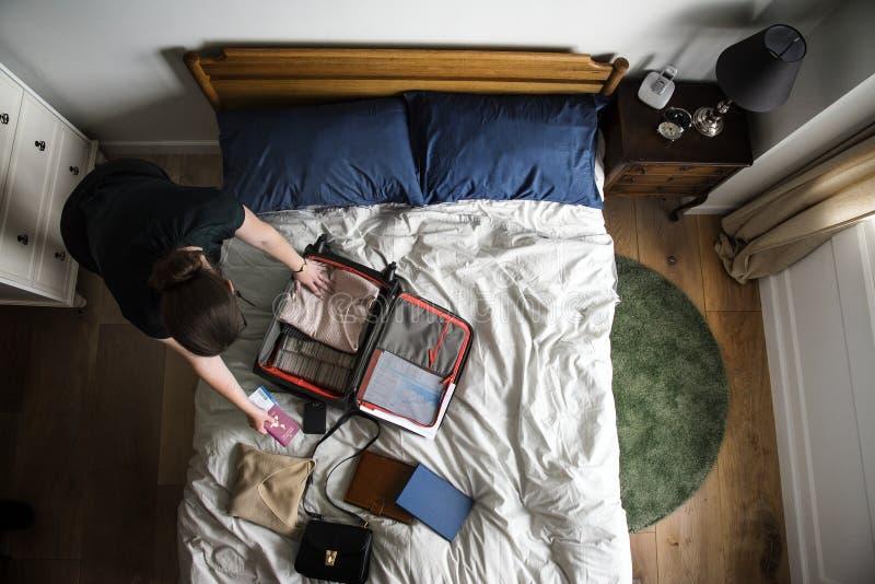 Mulher em seu quarto que embala até o curso imagem de stock