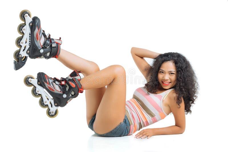 Mulher em skateres do rolo foto de stock
