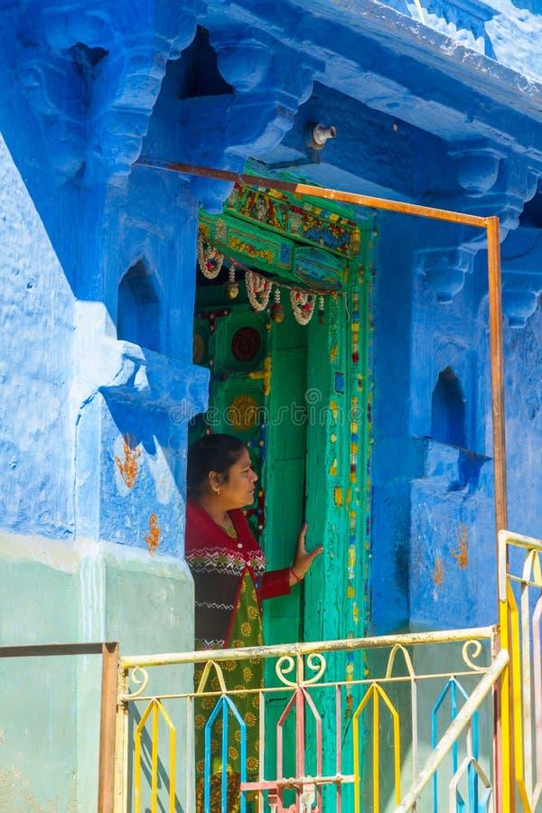 Mulher em sua casa em Jodhpur imagem de stock royalty free
