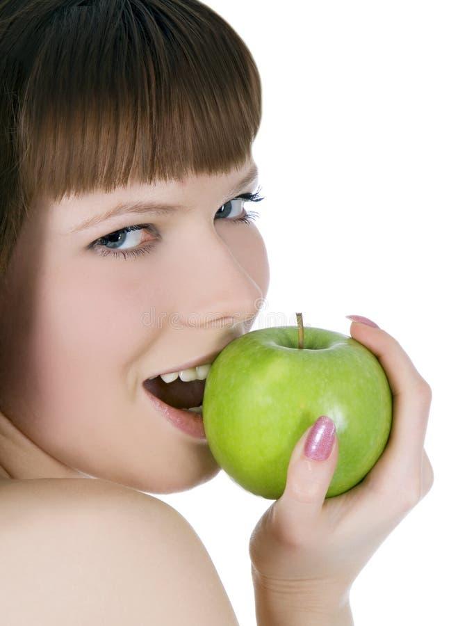 Mulher em topless com maçã verde foto de stock
