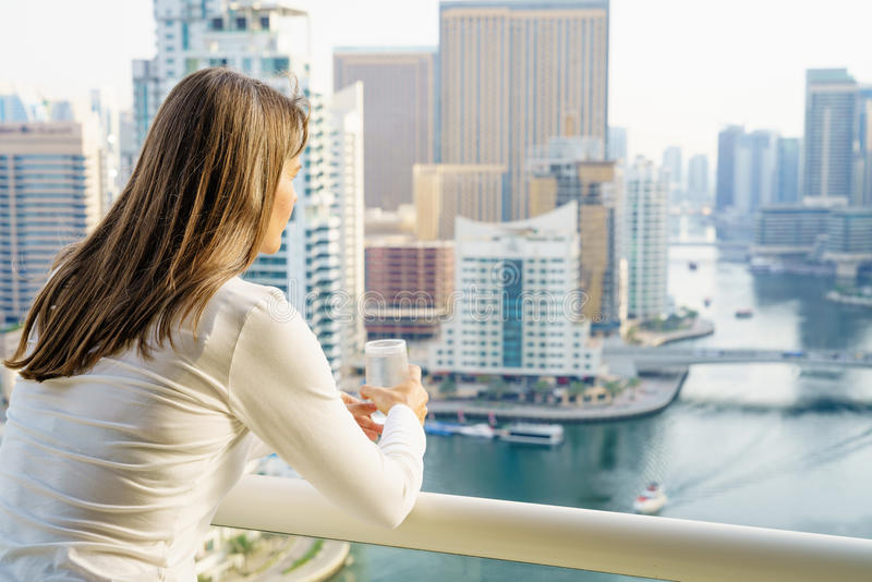 Mulher em um balcão do highrise fotos de stock