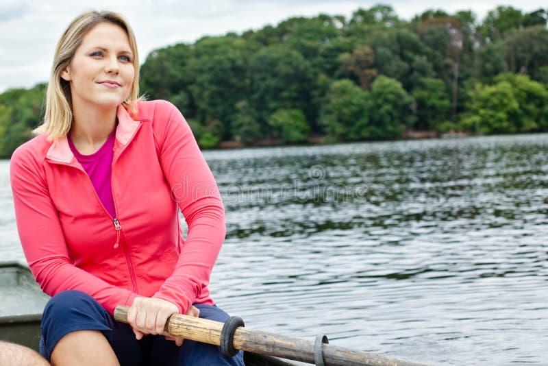 Mulher em um barco a remos fotografia de stock royalty free