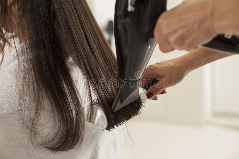 Mulher em um cabeleireiro imagem de stock