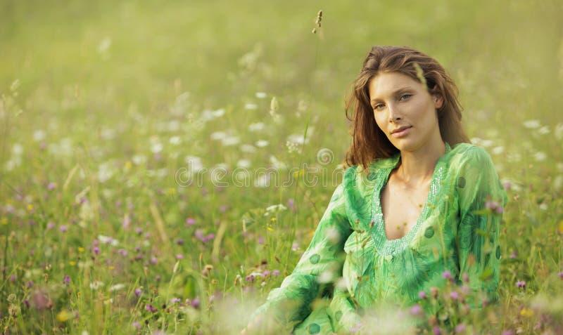 Mulher em um campo de flores foto de stock