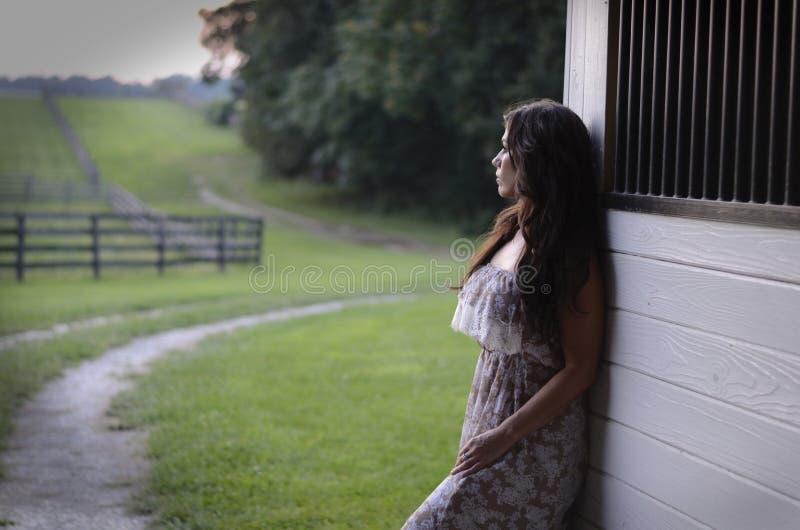 Mulher em um celeiro fotografia de stock