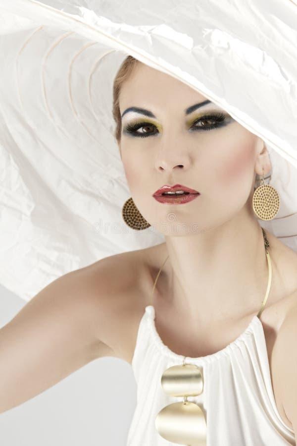 Mulher em um chapéu branco grande imagens de stock royalty free