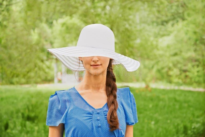 Mulher em um chapéu com uma borda larga fotografia de stock