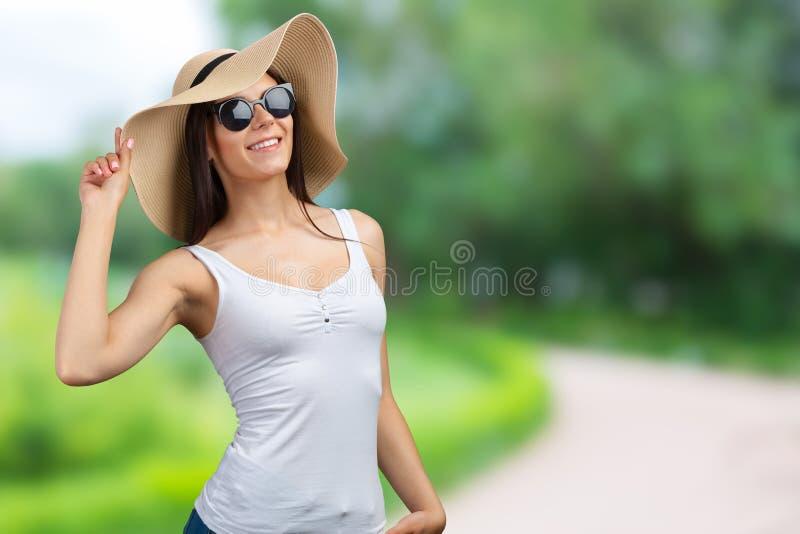 Mulher em um chapéu de palha imagem de stock royalty free