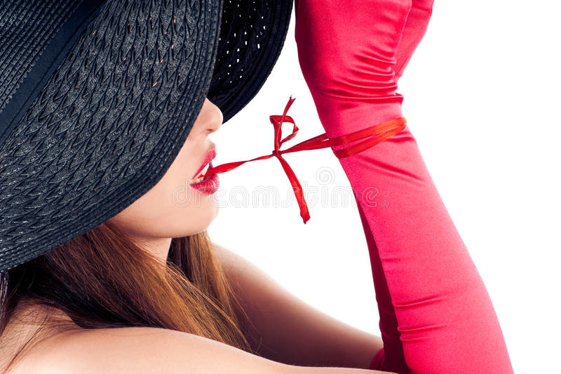 A mulher em um chapéu desencadeia os dentes do nó imagens de stock royalty free