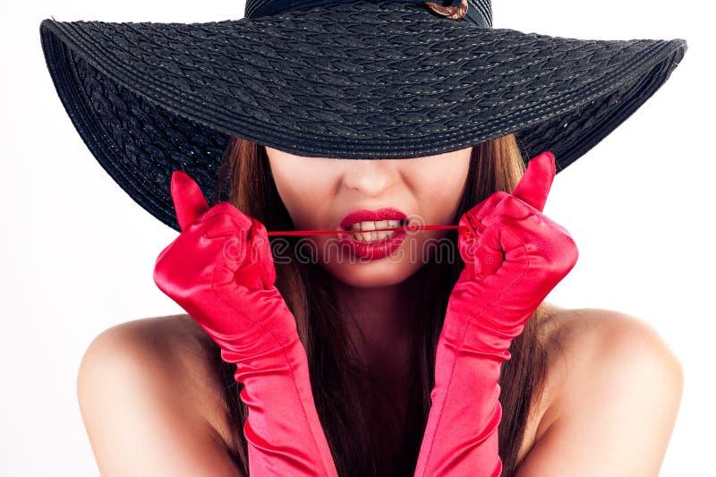 Mulher em um chapéu e em umas luvas vermelhas fotos de stock