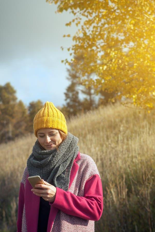 Mulher em um chapéu feito malha amarelo fotografia de stock royalty free