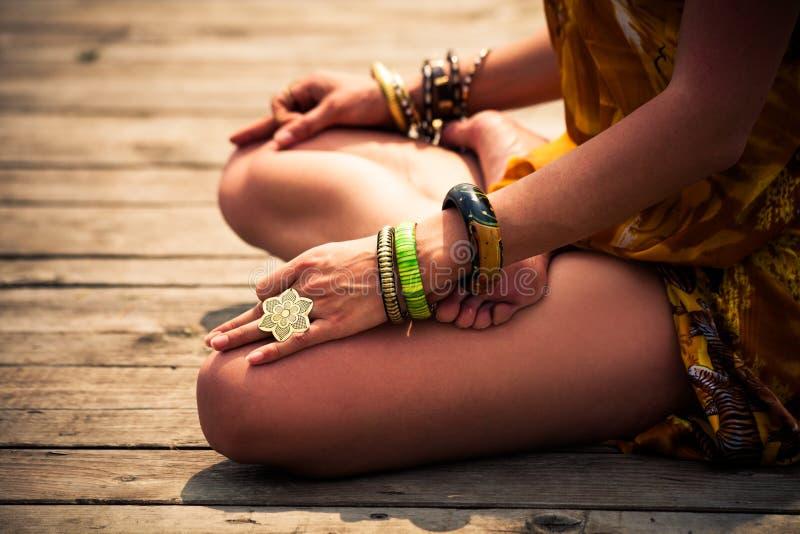 Mulher em um corpo inferior exterior da posição meditativo da ioga imagens de stock royalty free