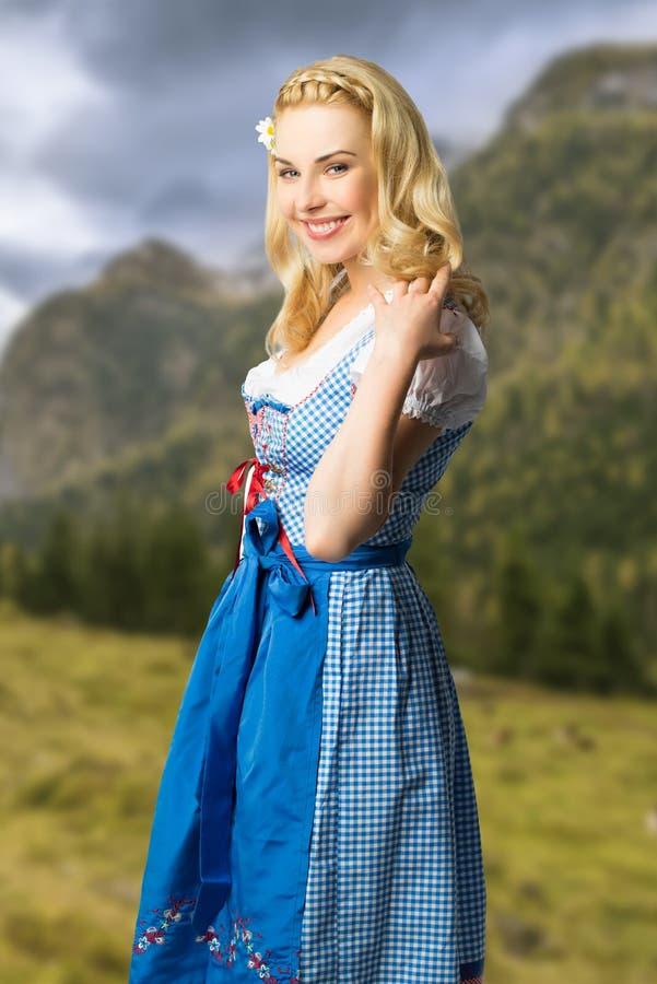 Mulher em um dirndl bávaro foto de stock