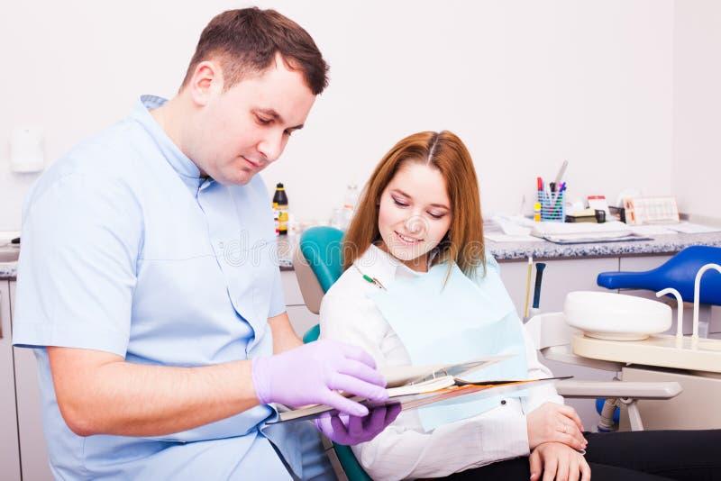 Mulher em um escritório do dentista imagem de stock