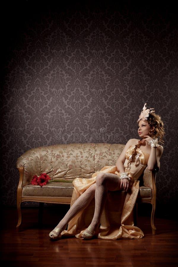 Mulher em um estilo luxuoso do vintage foto de stock