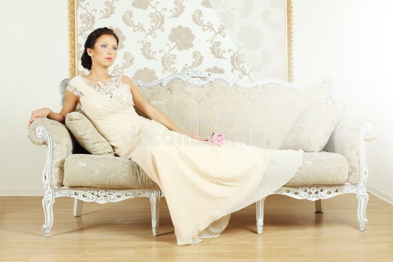 Mulher em um estilo luxuoso do vintage imagens de stock