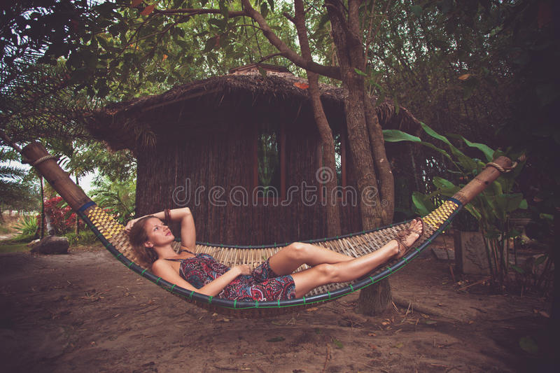 Mulher em um hammock fotografia de stock royalty free