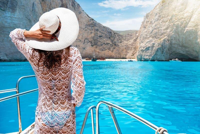 Mulher em um iate na ilha de Zakynthos, Grécia foto de stock royalty free