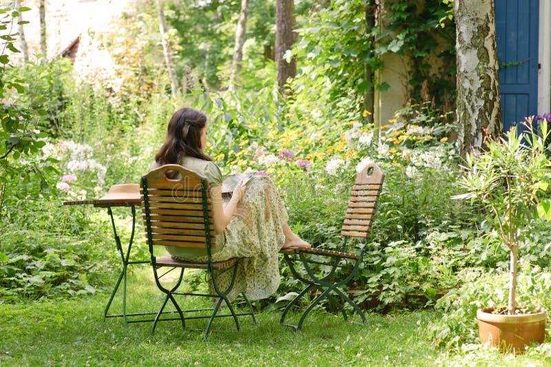Mulher em um jardim fotografia de stock royalty free