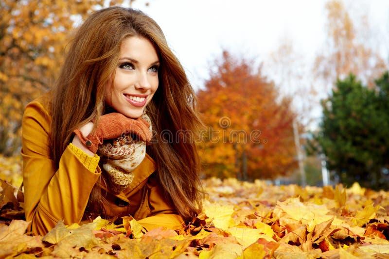 Mulher em um parque no outono fotografia de stock