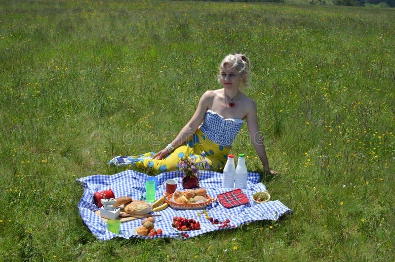 Mulher em um piquenique em Sunny Day foto de stock