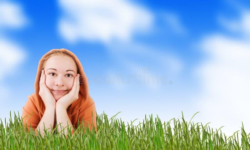 Mulher em um prado na grama imagens de stock royalty free