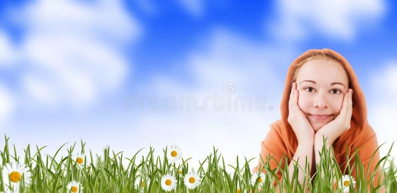 Mulher em um prado na grama fotografia de stock royalty free