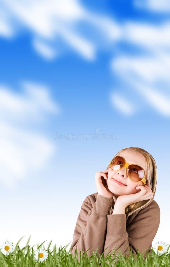 Mulher em um prado na grama foto de stock royalty free