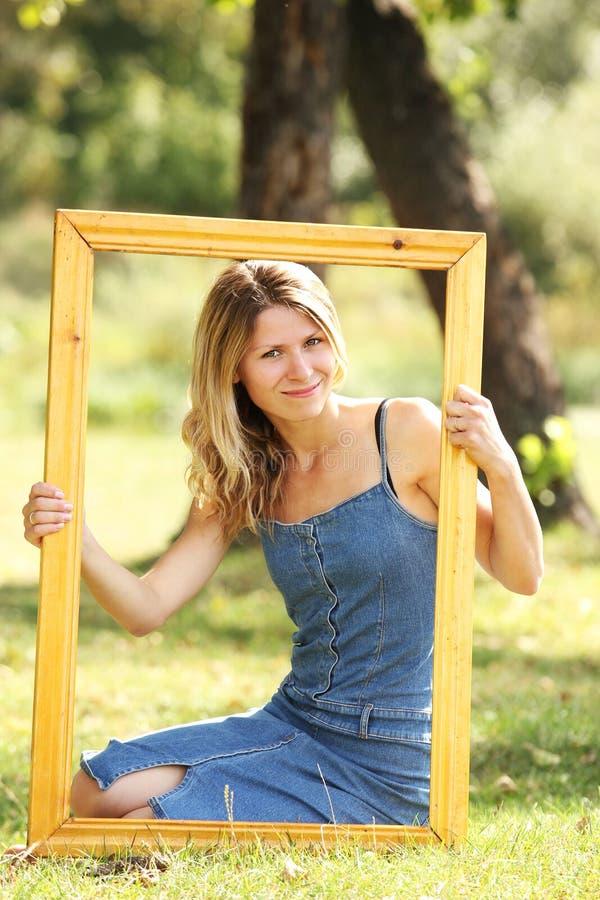 Mulher em um quadro foto de stock