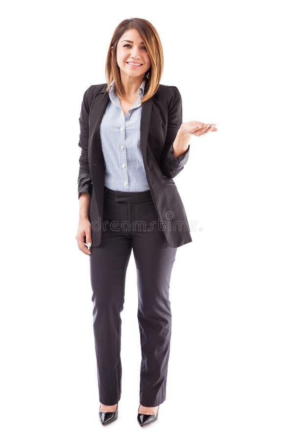 Mulher em um terno que guarda para fora sua mão foto de stock royalty free