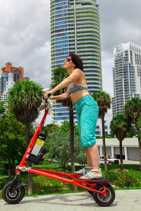 Mulher em um triciclo bonde imagem de stock royalty free
