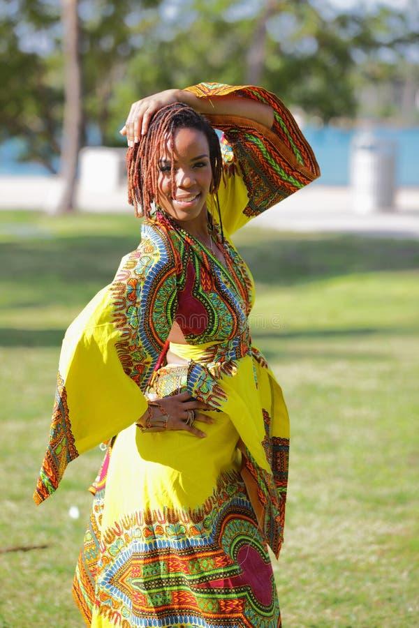 Mulher em um vestido africano fotografia de stock