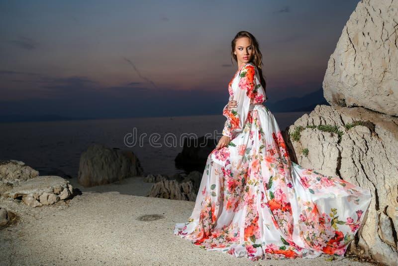 Mulher em um vestido do verão fotos de stock