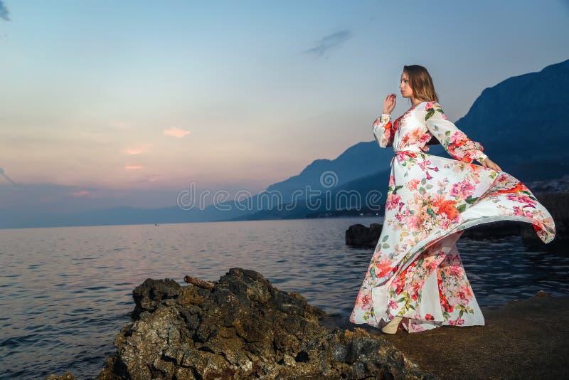 Mulher em um vestido do verão fotos de stock royalty free
